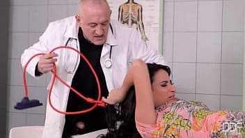 Imagen Anissa Kate wurde in der Klinik von einem falschen Arzt misshandelt