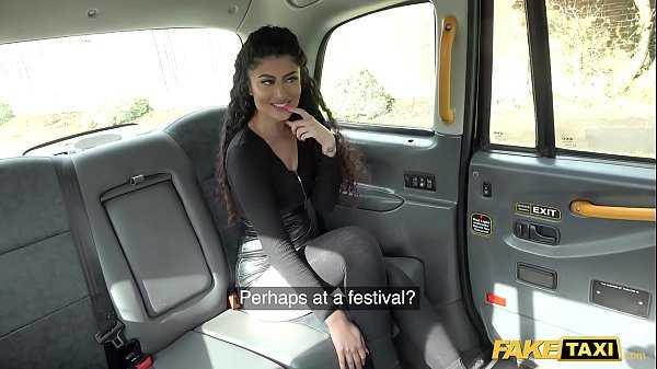 Imagen Junges Mädchen aus Indien steigt ins Taxi und fordert den Fahrer auf, auf den Sitzen von atra zu ficken