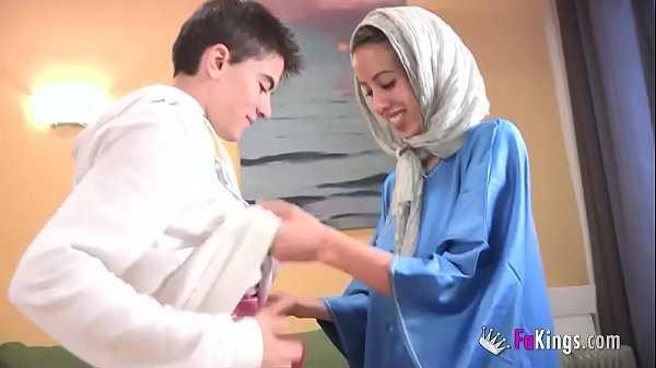 Imagen Arabisches Mädchen ist erstaunt, Jordis Schwanz zu sehen